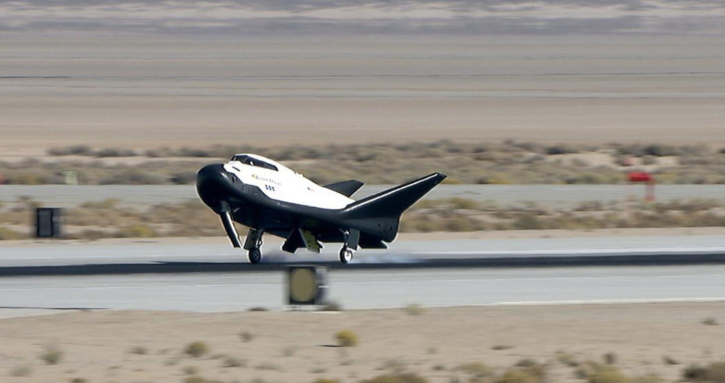 追梦者号航天飞机完成首飞重回太空跑道