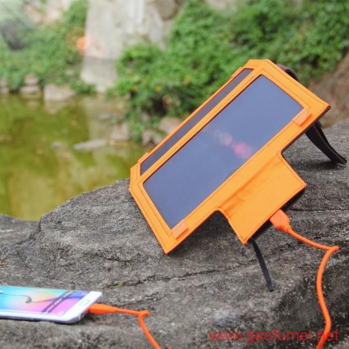 iClever推出12W便携式太阳能充电器BoostCel内置充电宝功能
